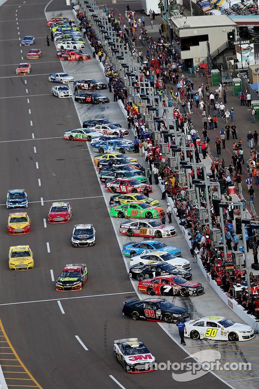 carros deixando a saída dos boxes
