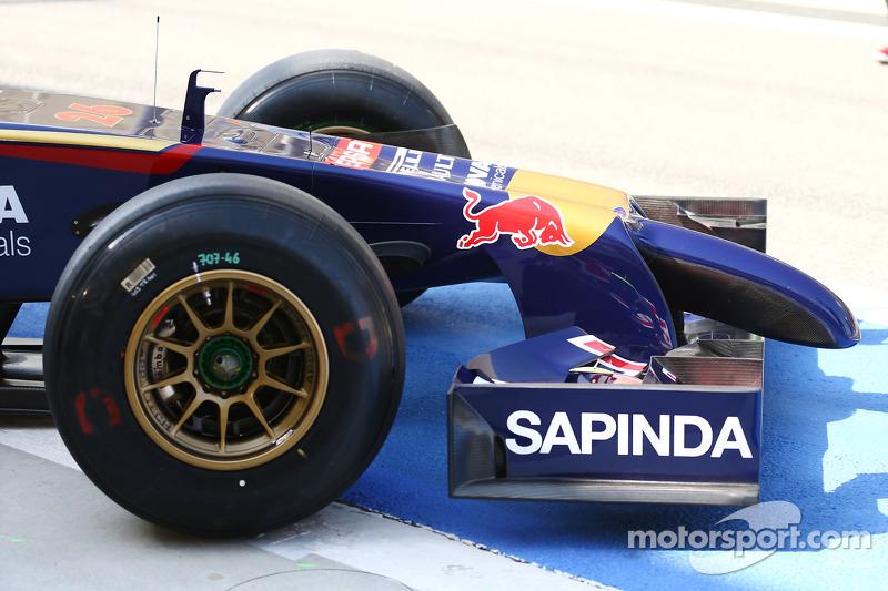 Daniil Kvyat, Scuderia Toro Rosso STR9 running a new front wing