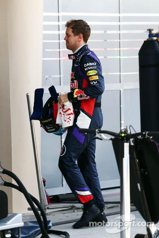 Sebastian Vettel, Red Bull Racing retorna aos boxes depois de parar no circuito