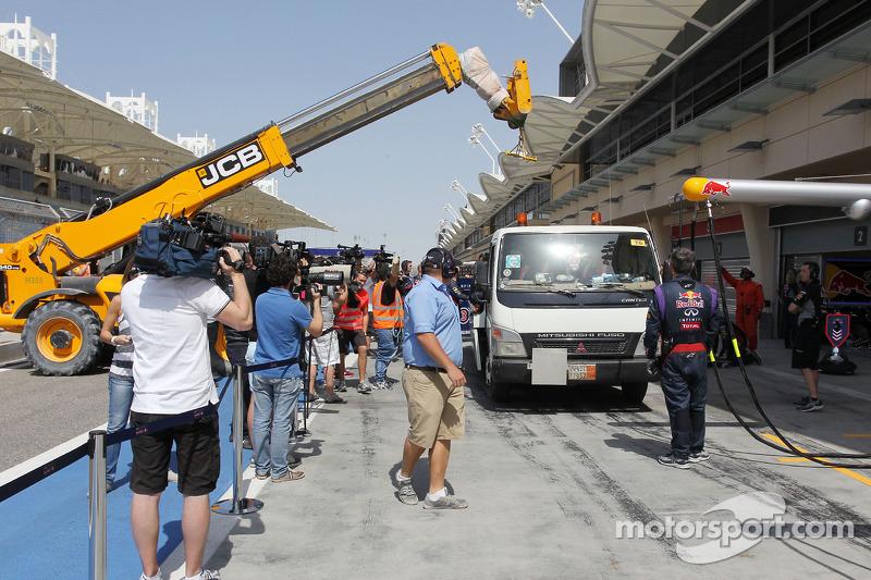 La Red Bull Racing RB10 di Sebastian Vettel, Red Bull Racing viene portata di nuovo ai box sul retro di un camion
