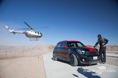 Jay Leno au volant de la Mini vainqueur au Dakar