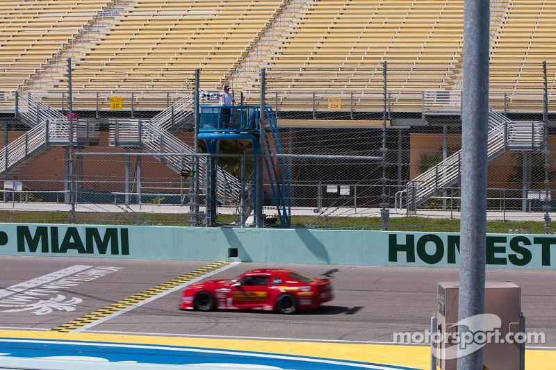 Vencedor #1 miller Racing Chevrolet Camaro: Cameron Lawrence recebe bandeira quedriculada