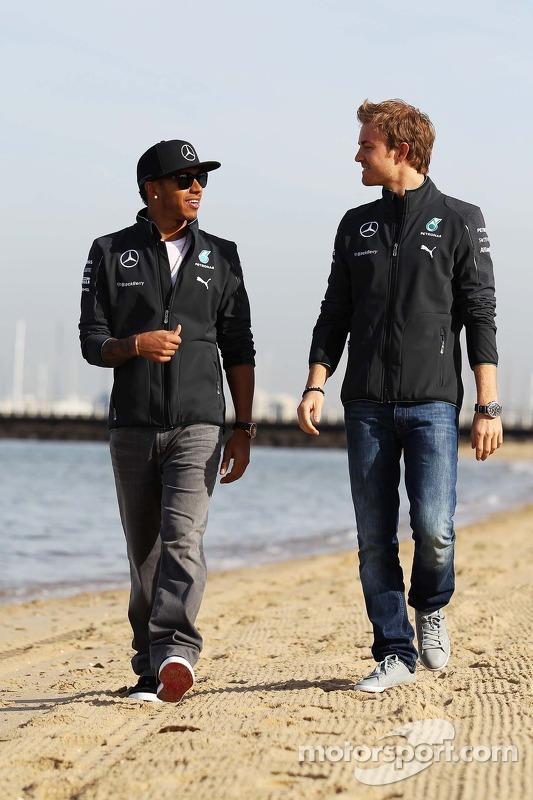 Lewis Hamilton, Mercedes AMG F1, e seu companheiro de equipe Nico Rosberg, da Mercedes AMG F1 W05, na praia