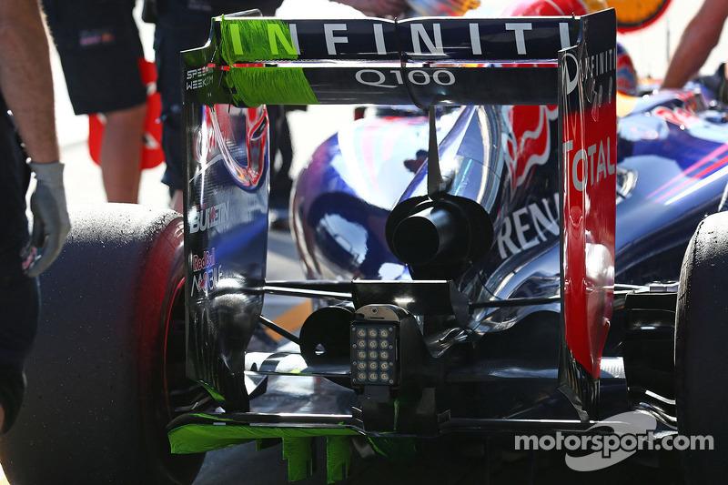 Daniel Ricciardo, Red Bull Racing RB10 running flow-vis paint on the rear wing