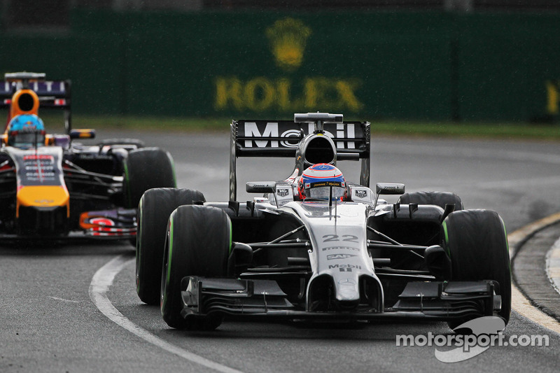 Jenson Button, McLaren MP4-29 davanti a Sebastian Vettel, Red Bull Racing RB10