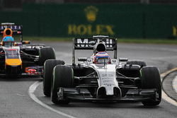 Jenson Button, McLaren MP4-29 y Sebastian Vettel, Red Bull Racing RB10