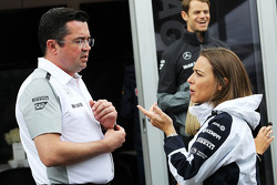 (Da sinistra a destra): Eric Boullier, Direttore di gara McLaren, con Claire Williams, Williams Vice Team Principal
