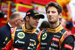 (Da sinistra a destra): Pastor Maldonado, Lotus F1 Team e Romain Grosjean, Lotus F1 Team alla parata dei piloti