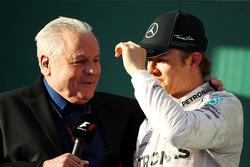 (Soldan Sağa): Alan Jones yarışın galibi Nico Rosberg ile podyumda röportaj yapıyor