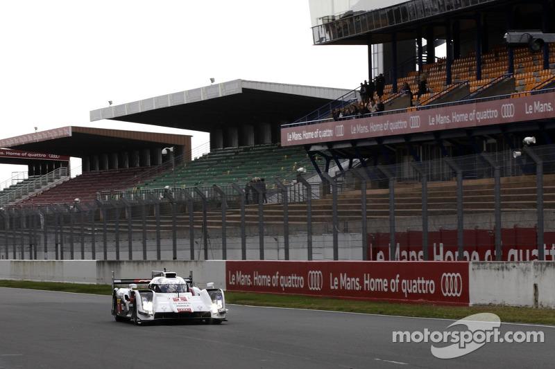 Tom Kristensen guida la Audi R18 e-tron quattro sul circuito Bugatti