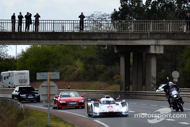 Tom Kristensen guida la Audi R18 e-tron quattro per le strade di Le Mans