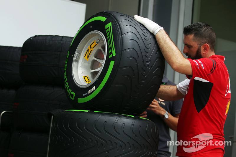 Ferrari mekanikeri Pirelli geçiş lastiklerini hazırlıyor