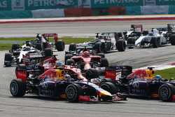 Rennstart: Daniel Ricciardo, Red Bull Racing RB10; Sebastian Vettel, Red Bull Racing RB10