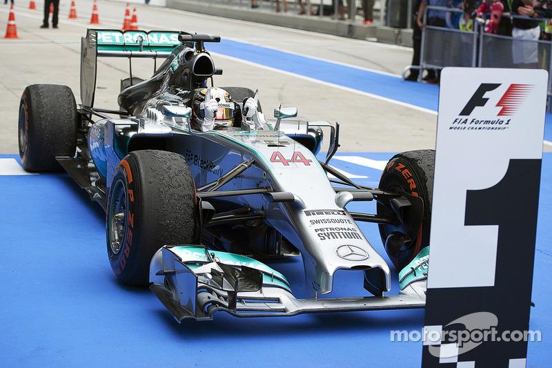 Il vincitore della gara Lewis Hamilton su Mercedes W05 Hybrid festeggia Parco Chiuso