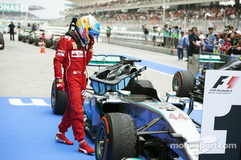 Fernando Alonso, Ferrari kapalı parkta Lewis Hamilton'ın aracını inceliyor