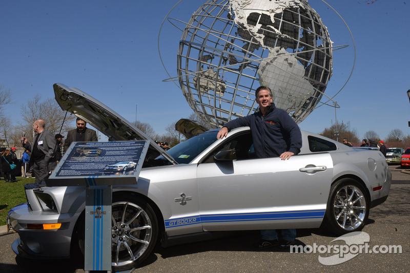 Gary Welch accanto alla sua 2008 Ford Mustang GT500 KR ai festeggiamenti per i 50 anni della Mustang