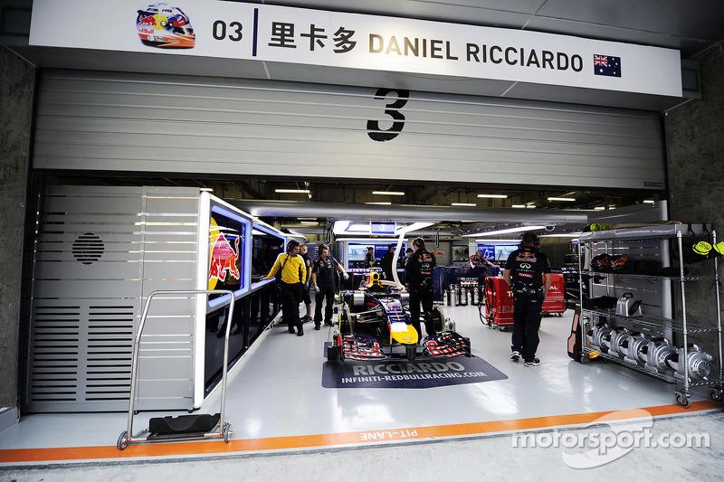 Pitbox van daniel ricciardo red bull racing rb10 op for Garage formule m