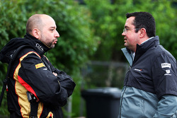 (从左至右): 吉拉尔·洛佩兹, Lotus F1 车队领队与 埃里克·布里尔, 迈凯伦 竞赛总监