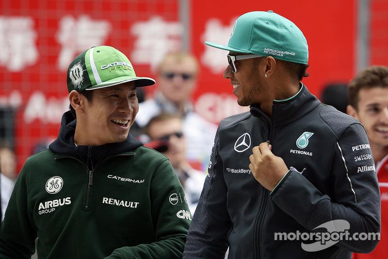 卡特汉姆F1车队的小林可梦伟和梅赛德斯AMG F1车队的刘易斯·汉密尔顿在车手巡游会上