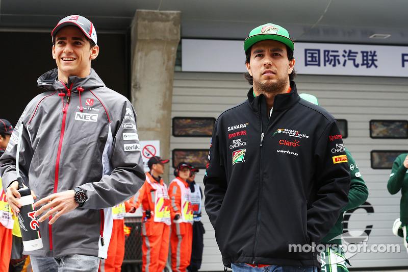 Esteban Gutierrez, Sauber ve Sergio Perez, Sahara Force India F1 pilot geçiş töreninde.
