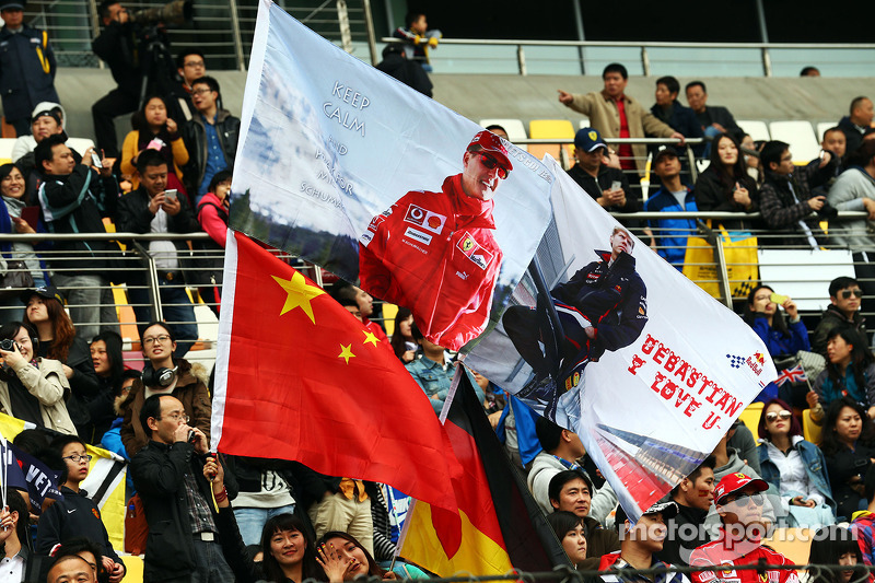 Bandiere per Michael Schumacher, e Sebastian Vettel, Red Bull Racing.