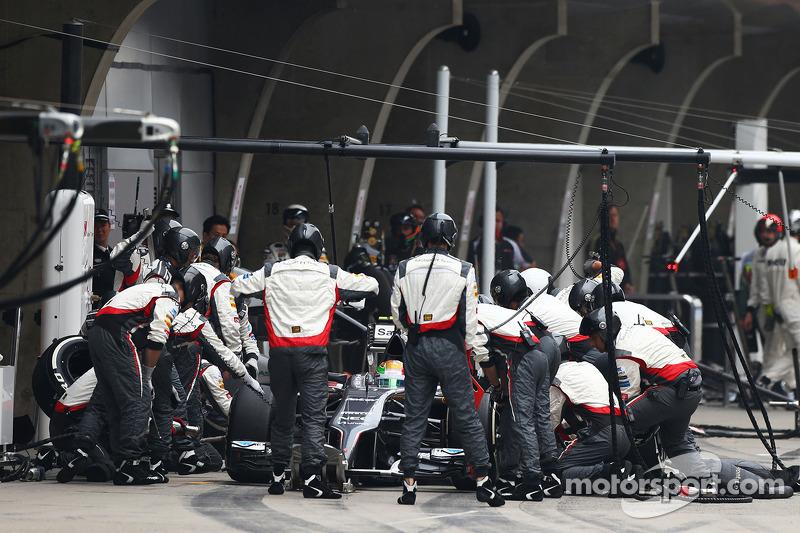 Esteban Gutierrez, Sauber C33 pitstop yapıyor