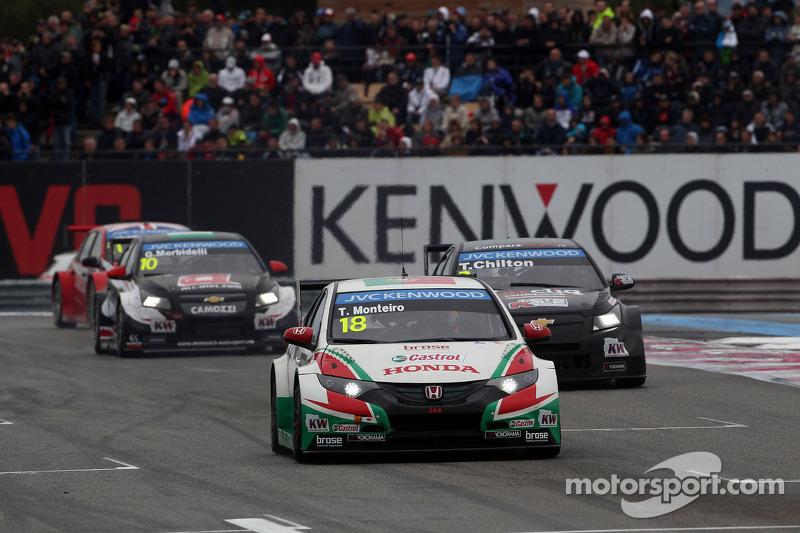Tiago Monteiro, Honda Civic WTCC, Castrol Honda WTCC team davanti a Tom Chilton, Chevrolet Cruze RML