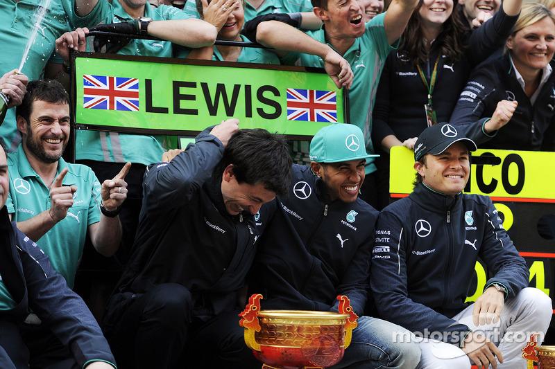 Toto Wolff, Mercedes AMG F1 Azionista e Amministratore Delegato; il vincitore della gara Lewis Hamilton, Mercedes AMG F1 e il secondo classificato Nico Rosberg, Mercedes AMG F1 festeggiano con la squadra