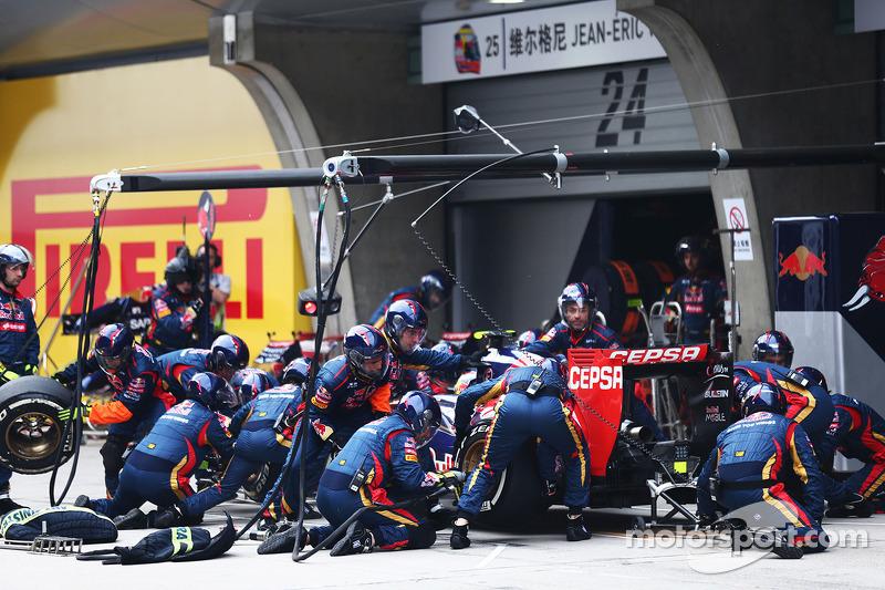 Daniil Kvyat, Scuderia Toro Rosso STR9 makes a pit stop