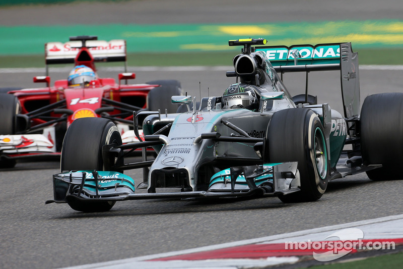 Nico Rosberg, da Mercedes AMG F1 Team, e Fernando Alonso, Scuderia Ferrari