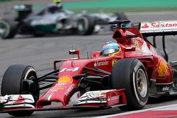 法拉利车队的费尔南多·阿隆索与梅赛德斯AMG车队的尼科·罗斯伯格