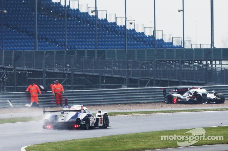 Problemi per # 1 Audi Sport Team Joest Audi R18 e-tron quattro: Lucas di Grassi, Loic Duval, Tom Kristensen