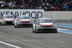 Jose Maria Lopez, Citroën Total WTCC del Citroën C-Elysee WTCC lidera. Yvan Muller, Citroën Total WTCC del Citroën C-Elysee WTCC, y Tiago Monteiro, Honda Civic WTCC, del equipo Castrol Honda WTCC