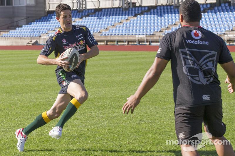 Jamie Whincup si allena con la squadra di Aussie Rules Football, i Warriors
