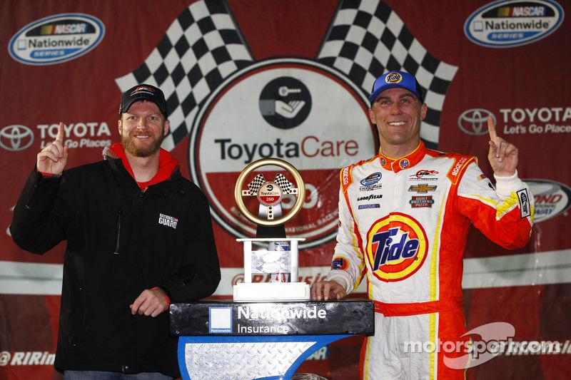 Dale Earnhardt Jr. ve yarış galibi Kevin Harvick