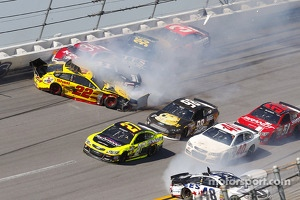 Crash for Joey Logano, Team Penske Ford, Kurt Busch, Stewart-Haas Racing Chevrolet, David Ragan, Front Row Motorsports Ford, Michael McDowell