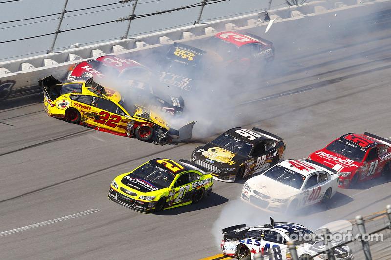 Kaza yapan: Joey Logano, Penske Ford Takımı, Kurt Busch, Stewart-Haas Racing Chevrolet, David Ragan, Front Row Motorsports Ford, Michael McDowell