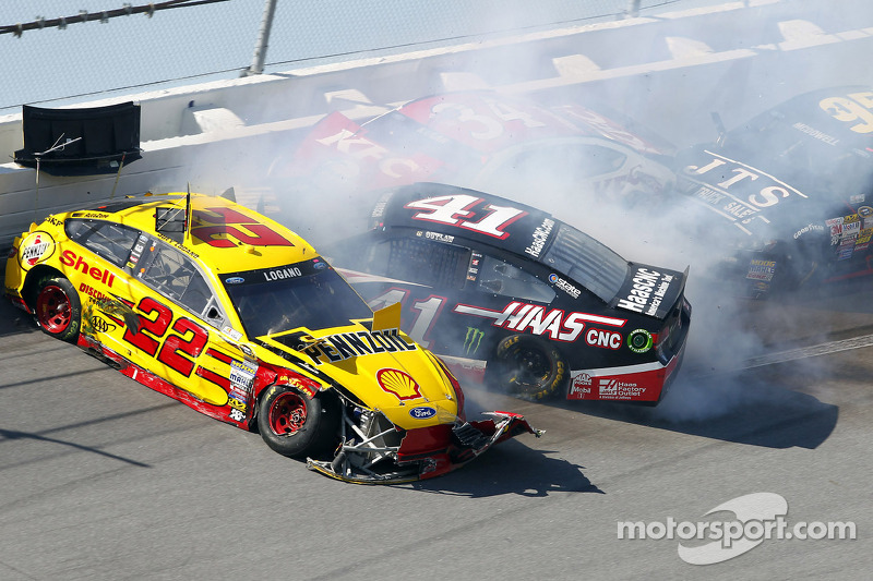 Kaza yapan: Joey Logano, Penske Ford Takımı, Kurt Busch, Stewart-Haas Racing Chevrolet