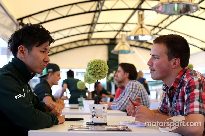 卡特汉姆F1车队的小林可梦伟和F1i.com记者格雷格·戴蒙谈话