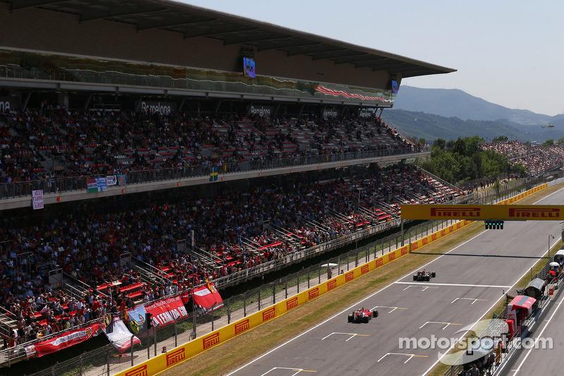 Pastor Maldonado, Lotus F1 E21 leads Kimi Raikkonen, Ferrari F14-T
