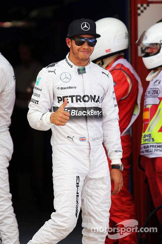 Lewis Hamilton, de Mercedes AMG F1 celebra su pole position en parc ferme