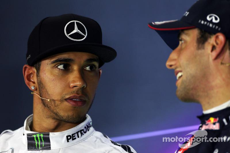 (De izquierda a derecha): Lewis Hamilton, de Mercedes AMG F1 con Daniel Ricciardo, de Red Bull Racin