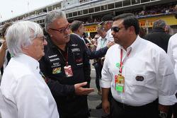 (Da sinistra a destra): Bernie Ecclestone, con Dr. Vijay Mallya, Proprietario Sahara Force India F1 e Farhan Vohra, FIA