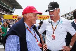 (Da sinistra a destra): Niki Lauda, Mercedes Presidente non esecutivo con Dr. Dieter Zetsche, Daimler AG CEO sulla griglia di partenza