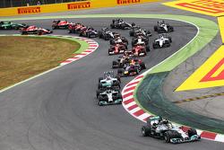 Lewis Hamilton, Mercedes AMG F1 W05 ve takım arkadaşı Nico Rosberg, Mercedes AMG F1 W05 yarışın startında