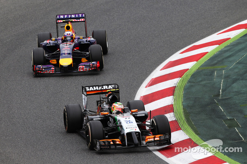 Sergio Perez, Sahara Force India F1 VJM07, davanti a Daniel Ricciardo, Red Bull Racing RB10
