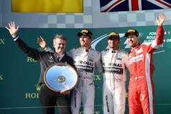 Podio: Thomas Weber, Membro del Consiglio di gestione di Daimler AG Group Research e Mercedes-Benz Cars Development, il secondo classificato Nico Rosberg, Mercedes AMG F1, il vincitore della gara Lewis Hamilton, Mercedes AMG F1, il terzo classificato Sebastian Vettel, Ferrari