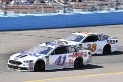 Kurt Busch, Stewart-Haas Racing, Ford Fusion Mobil 1/Haas Automation and David Ragan, Front Row Motorsports, Ford Fusion MDS Transport
