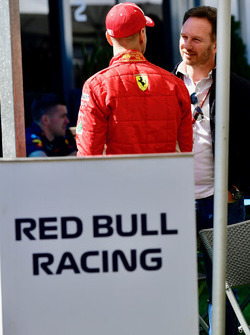 Sebastian Vettel, Ferrari y Christian Horner, director del equipo Red Bull Racing