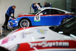 Meccanici al lavoro sulla Porsche 911 GT3 di Simone Iaquinta, Ombra Racing